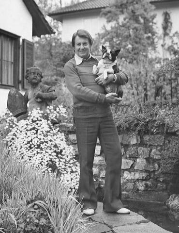 Artur Beul mit Hund Ricca im Garten (1973)