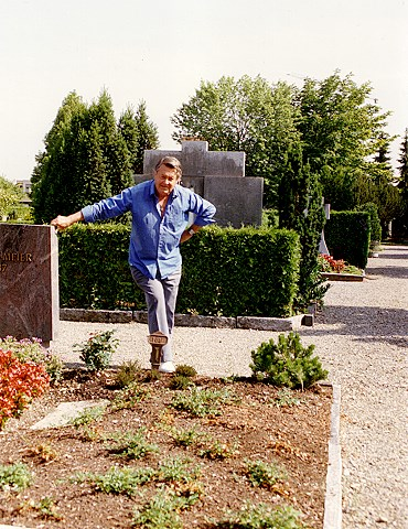 Artur Beul am Familiengrab in Lachen