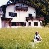 Pat und Hund Holly im Garten von Hans Albers