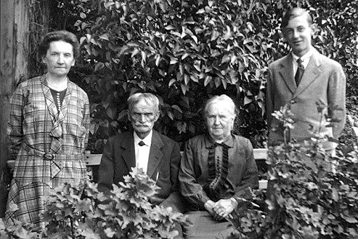 Die Mutter von Artur, seine Grosseltern & Artur Beul selber (1933)