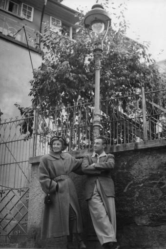 Artur und Lale vor der Laterne